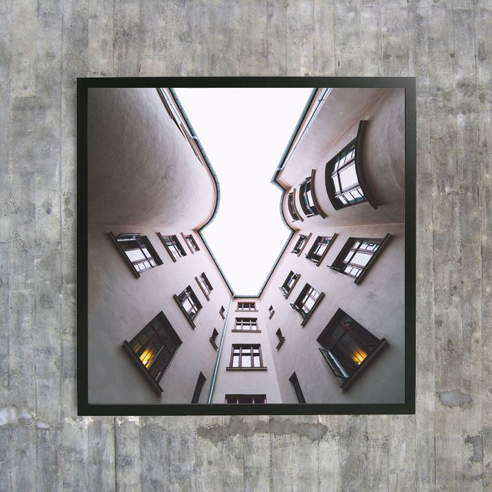 «Hither and Yon» finnes i størrelsene 30x30 cm, 50x50 cm og 70x70 cm i nettbutikken.